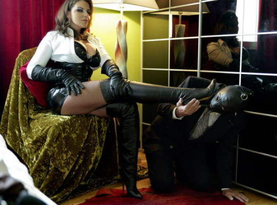 Feature Interview: Lady Asmondena